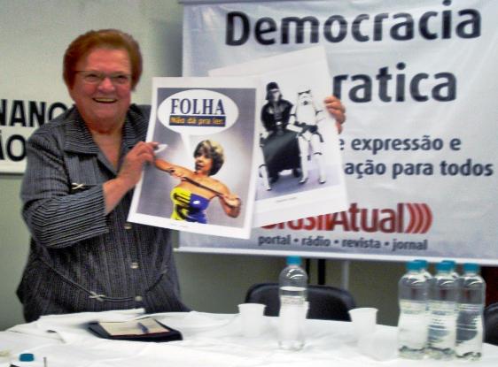 A deputada federal Luiza Erundina (PSB-SP) diverte-se com os pôsteres de Otavinho vader e Josiane Tucanhêde