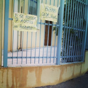 Cartazes na igreja Olé