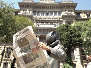 Manifestatnte faz performance na porta do tribunal (foto: Bruno Torturra)