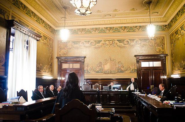 Advogada da Folha defende o jornal no plenário do TJ-SP (foto: Fora do Eixo)